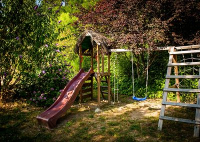 Un toboggan, une balançoire… et le rire des enfants qui courent dans le jardin.