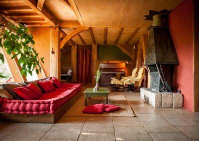 Le salon près de la cheminée est spacieux, très confortable, et agréable toute l'année. Des fagots de bois sont à disposition, les crépitements et la chaleur incomparable du feu agrémenteront vos soirées d'hiver. Le salon est aussi ouvert sur un coin sofa plus intime qui comblera les audiophiles