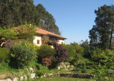 Le Nid des Anges est une maison bioclimatique construite en matériaux naturels (bois, paille, argile)